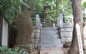 大石神社_(横浜市)境内の常夜燈.jpg
